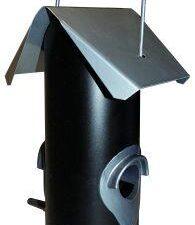 Fuglefoderautomat til frø og vildtfugleblanding. Undgå sygdomsspredning ved at bruge foderautomater, hvor fuglene ikke kan træde rundt og lave afføring i foderet, som de kan på et fuglefoderbræt.